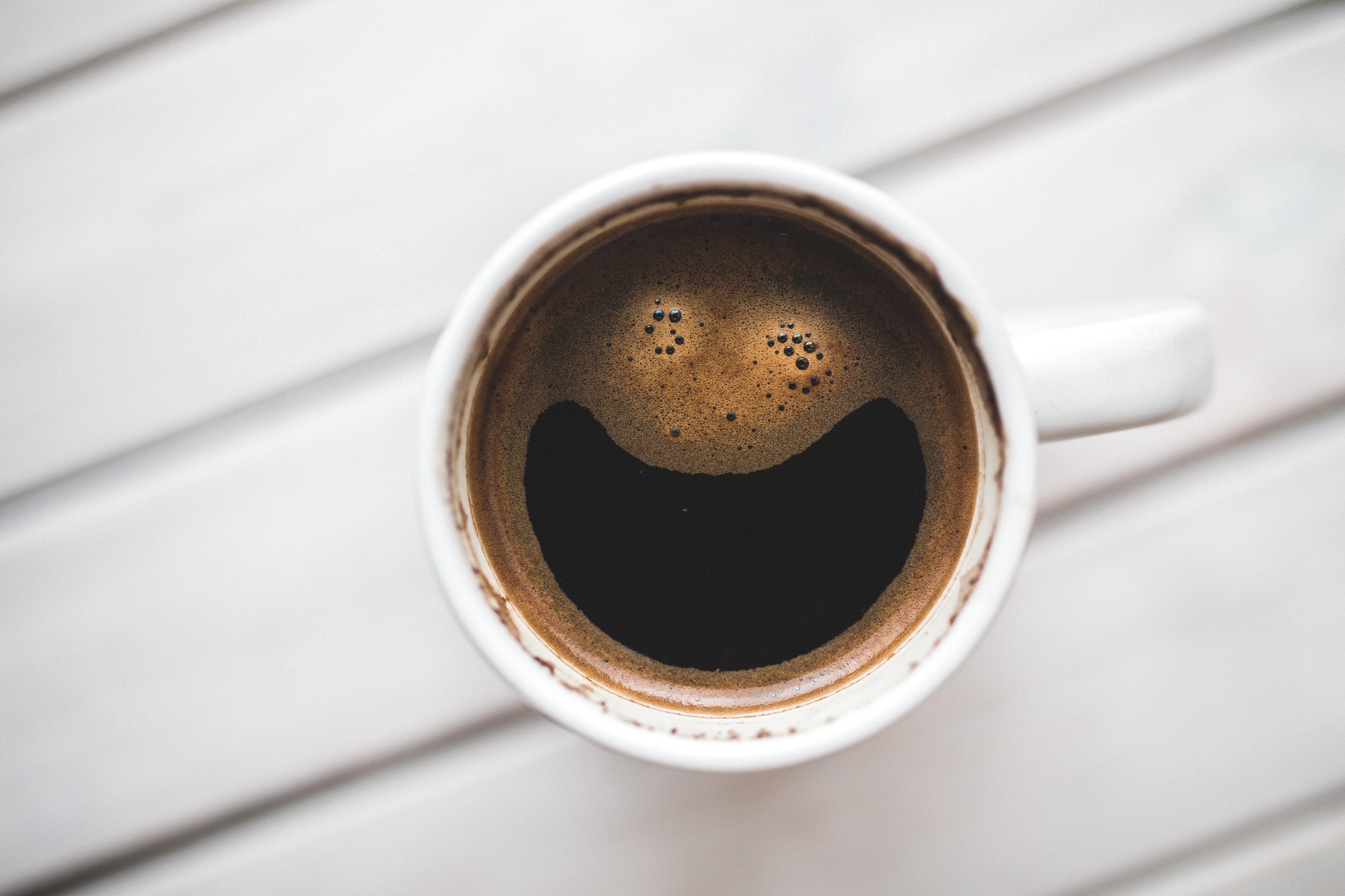 café suspendu pexels