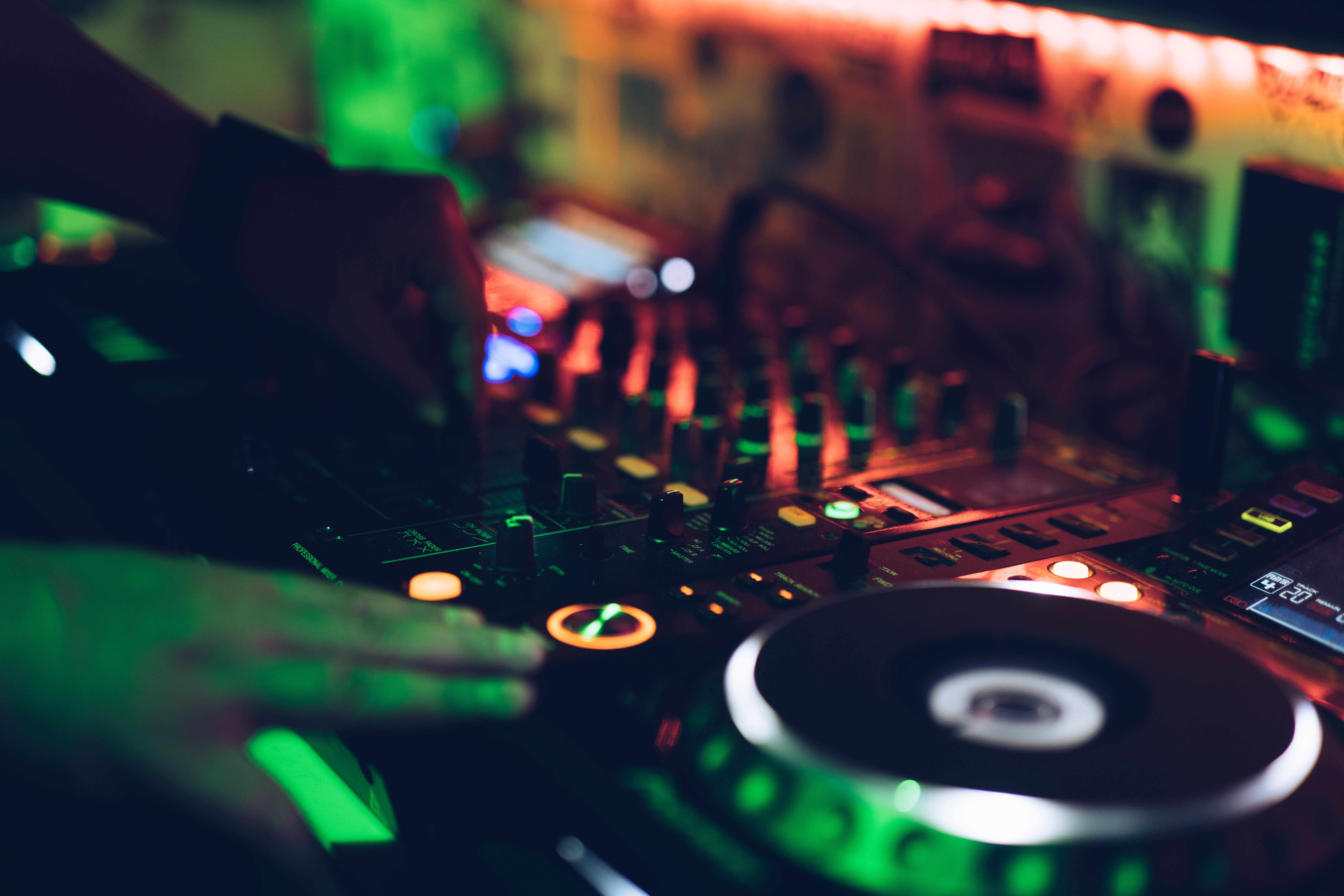 DJ Furax - Unsplash - Krys Amon