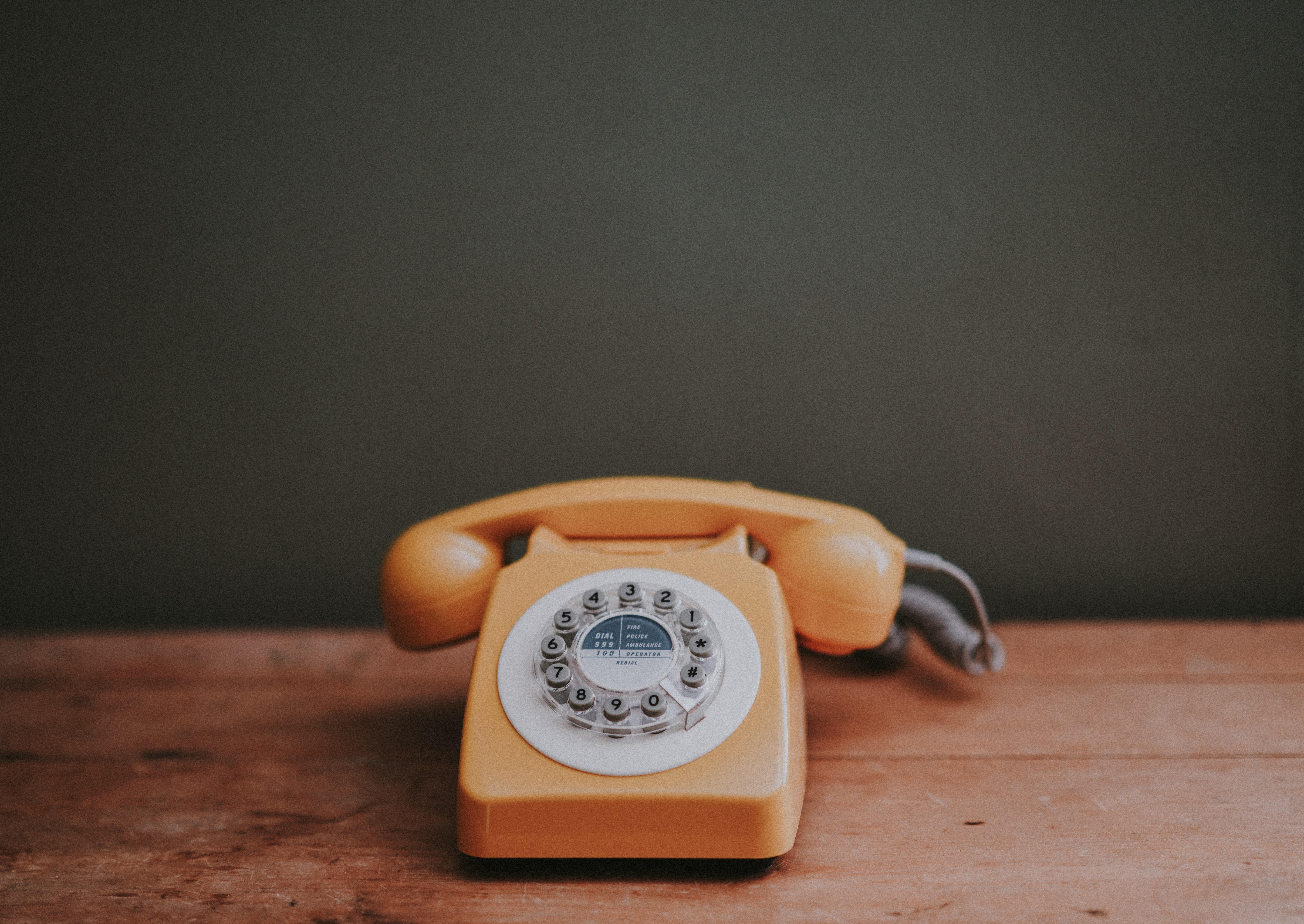 Une ligne téléphonique pour les parents d'un nouveau-né - Unsplash