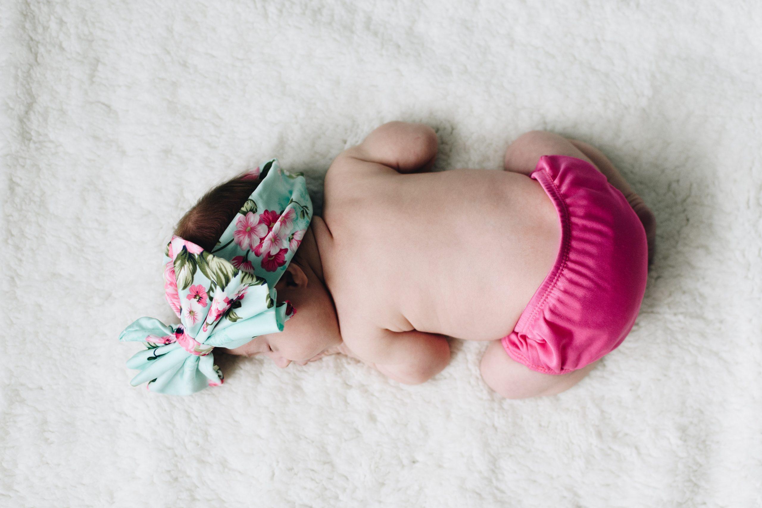 Vêtements de location pour bébé - Unsplash - Kelly Sikkema