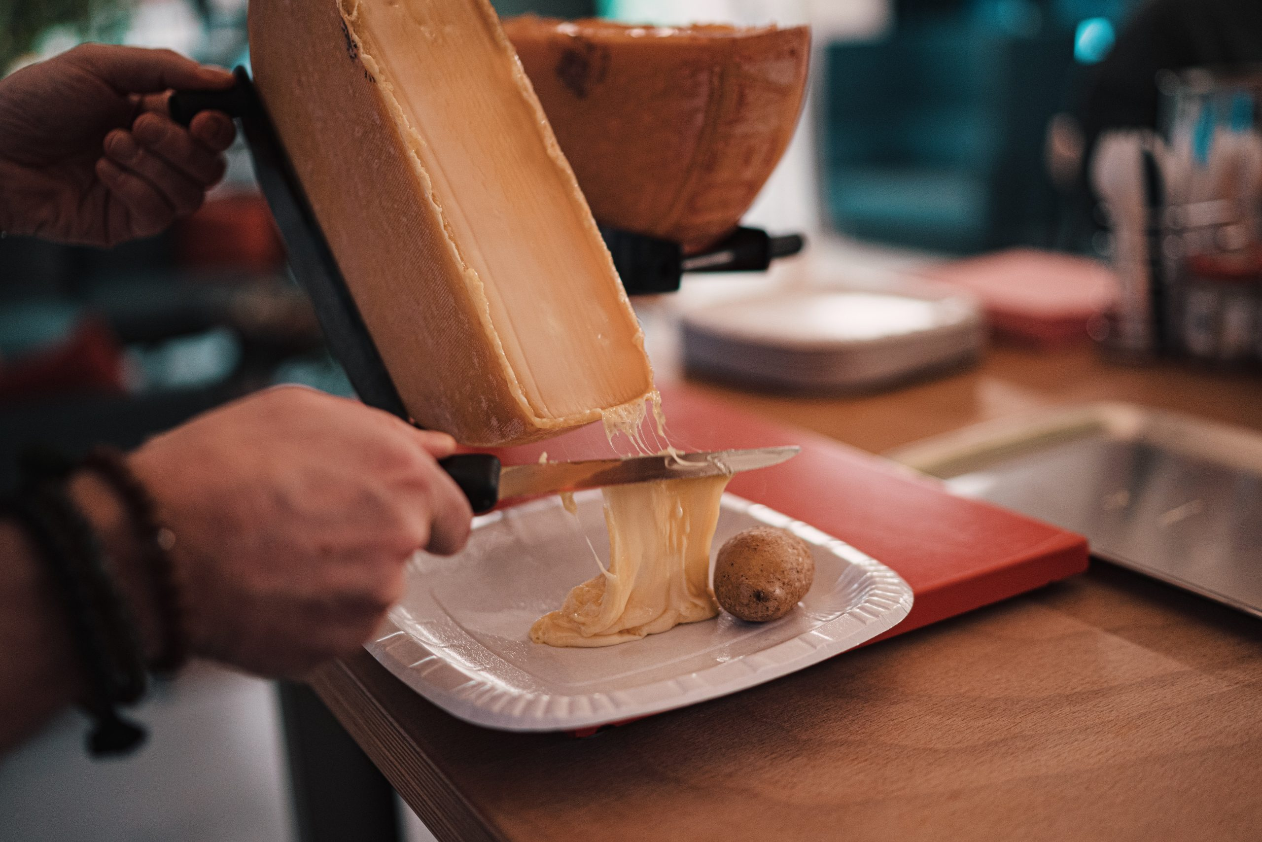 raclette à liège - unsplash - claudio schwarz