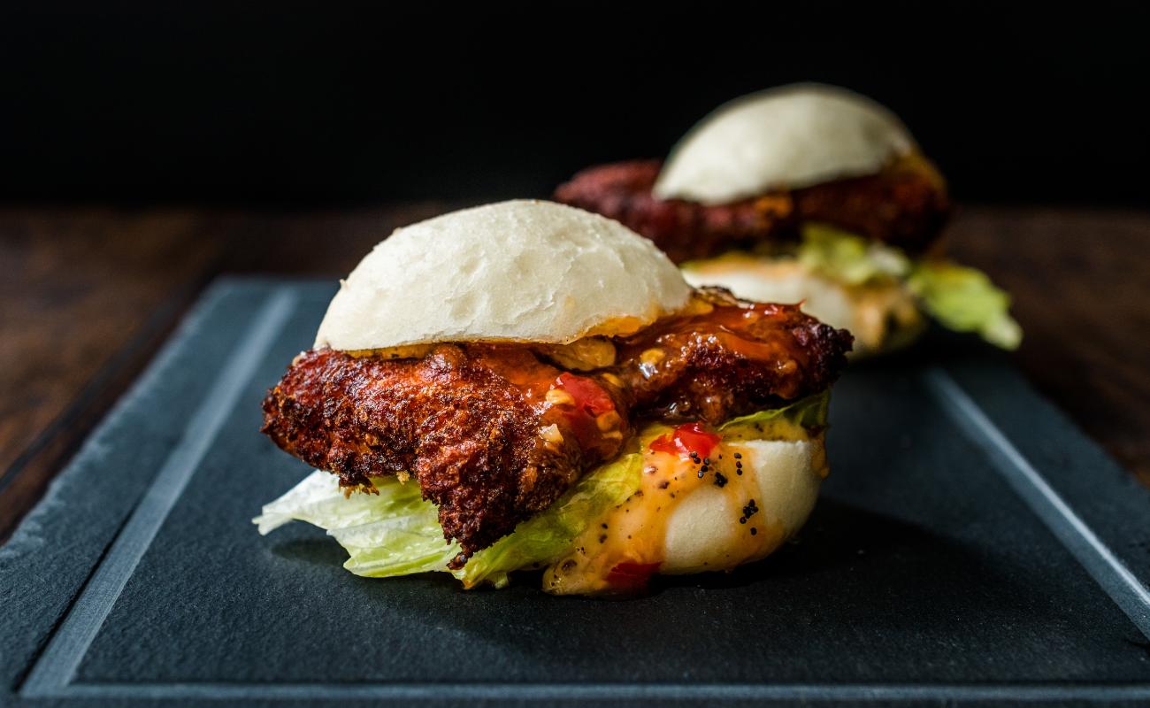 L'air de rien revisite la street food - Bar Burger - DR Boulettes Magazine / Canva